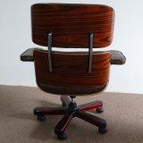 Cadeira clássica do estilo Eames para o escritório