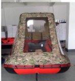 開いた眺めWindowsのボートのBiminiの上のテント