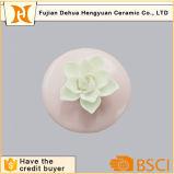 Frasco de perfume vazio cerâmico cor-de-rosa com bujão da flor
