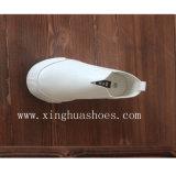 ズック靴の慰めはスキッドのグリップに蹄鉄を打つ