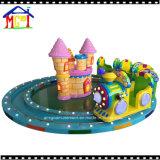 Verde piccolo treno con il castello giallo scherza i giri di divertimento