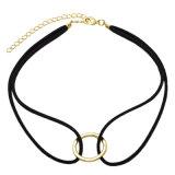 金によってめっきされる空の円形の二重黒い革チョークバルブのネックレス