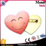 Abitudine poco costosa del distintivo di Pin del risvolto di disegno di figura del cuore del metallo