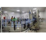 Água mineral que processa a máquina de engarrafamento para a venda