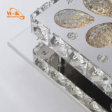 Gaststätte, die quadratischen modernen Kristallleuchter verzierend speist