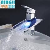Eindeutiges Entwurfs-Chrom-Wasserfall-Badezimmer-Messingbassin-Hahn