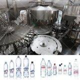 La producción de agua mineral y envasado de la máquina