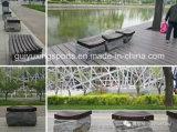 正方形によって使用される屋外の木製のベンチ