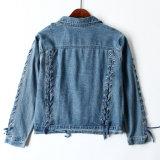 중국의 순서 - 새로운 것 여자 청바지의 위로 단추를 끄른 데님 재킷을 끈으로 묶는다