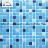 유리제 모자이크 타일이 밝은 파란색 정연한 수영풀에 의하여 점을 찍는다