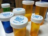 플라스틱 처방전은 아이들을%s 작은 유리병을 아래로 민다
