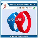 方法RFIDシリコーンのリスト・ストラップ