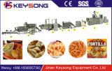 機械トーティーヤチップ生産の食糧機械を作るコーンチップを食べている人間