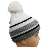上NTD1682へのPOM POMの編まれた帽子