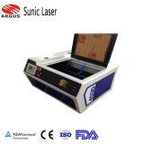 エントリーレベルゴム印、ペーパー切断、木版画のためのデスクトップレーザーの彫版機械4030