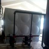 Tanque de água com o painel do aço inoxidável