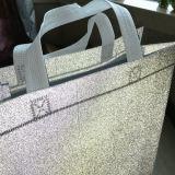 在庫の型抜きされたハンドルが付いているクリスマスのギフト袋