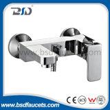 D'ottone scegliere il miscelatore fissato al muro quadrato del bagno della maniglia