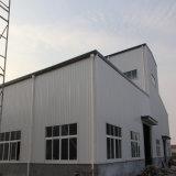 前作られた工場によって組み立てられる鉄骨構造の倉庫