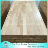 良質のさまざまな森の肉屋ブロックのカウンタートップの木製のテーブルの上