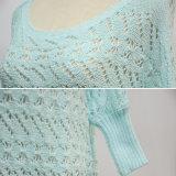 女性の青い半分の袖はセーターを緩める
