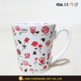 ハンドルが付いているDecaledの赤い花の白い陶磁器のマグ