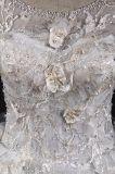 Esfera floral do laço que perla o vestido nupcial do vestido de casamento do trem longo