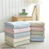Bande lavorate a maglia del cotone, trapunta fredda di estate