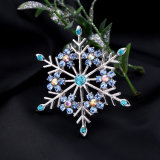 簡単で優雅な眩ます水晶によって散りばめられる雪片の形の女性のブローチ