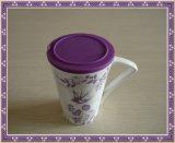 Tasse en porcelaine avec entonnoir et couvercle en silicone