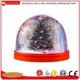 Ricordi del globo di plastica della neve, mestieri di plastica dei regali della sfera dell'acqua della cupola della neve