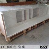 樹脂の石造りの台所ベンチの上の固体表面のカウンタートップ
