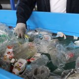 Plastiküberschüssige Flasche, die Maschine aufbereitet