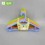 Colgador de ropa de plástico de colores mayorista fabricante