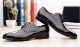 方法様式の結婚式のパテント・レザーの人の服靴