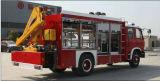 El agua de Dongfeng 4X2 extingue el carro del coche de bomberos con la grúa del rescate