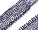 Chiusura lampo del metallo con il tenditore grigio del nastro e del pollice di colore/superiore