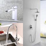 新しい浴室の滝の真鍮の洗面所の洗面器の台所浴槽のシャワーのミキサー