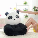 子供の赤ん坊のパンダは肘掛け椅子のリクライニングチェアの幼児のソファのシートの椅子をからかう