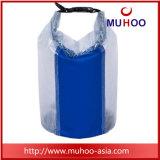 Il PVC impermeabile giallo mette in mostra il sacchetto asciutto della benna della spiaggia per trasportare