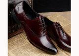 黒い革人の服ビジネス靴
