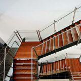 Modernes festes Holz-Innentreppenhaus mit ausgeglichenes Glas-Geländer