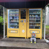 Máquina expendedora al aire libre de Minuman y de la cerveza bajo una vertiente
