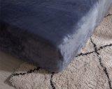 Fija el lecho coralino del terciopelo con la cubierta de la almohadilla y del edredón con el cuadro de alces