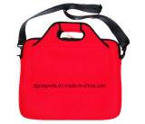 肩ひもが付いている赤いネオプレンのラップトップ袋