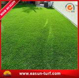 Permanece la hierba sintetizada del césped plástico verde para la decoración del jardín