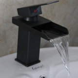 Le pétrole de salle de bains a frotté le robinet de bassin de bassin de cascade à écriture ligne par ligne de Bronzend