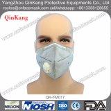 Il professionista respira la mascherina protettiva della polvere della valvola