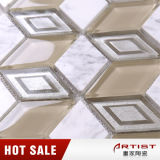 Нерегулярные стеклянной мозаики смешайте каменными плитками на кухне