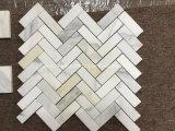Mattonelle di mosaico Herringbone di marmo bianche dell'oro di Calacatta